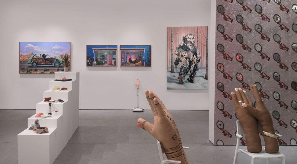 Мои картины и фотообои на стенах, и мягкие скульптуры Мими в центре, фото Пола Трилло 2018