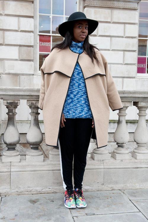 05 black sweatpants blue marl top beige coat street style