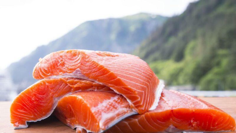 Дикий лосось против выращенного: какой вид лосося полезен?