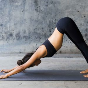 Осваиваем позы йоги для начинающих: 5 безопасных асан