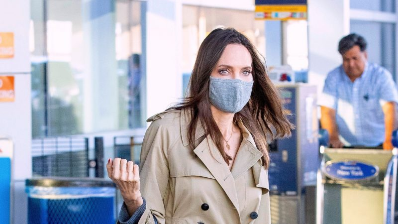 Анджелина Джоли тестирует самый популярный джинсовый тренд лета 2021