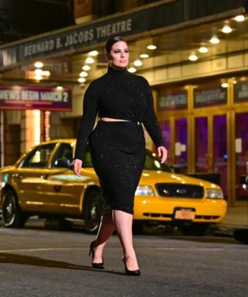 Эшли Грэм идет по 46-й улице на Таймс-сквер 8 апреля 2021 года в Нью-Йорке во время показа мод Майкла Корса.
