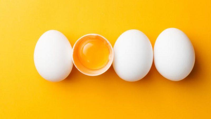 Безопасно и полезно ли есть сырые яйца?