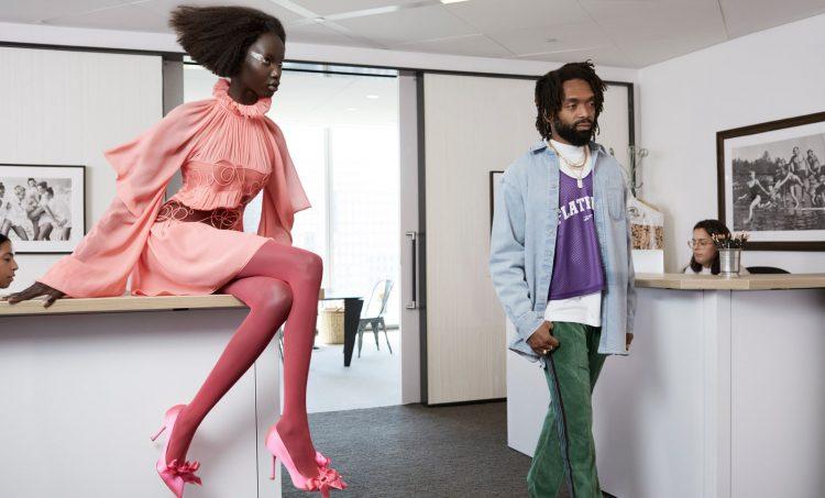 ДизайнерThis Way OutКерби Жан-Реймонд, выходя из офиса Анны Винтур