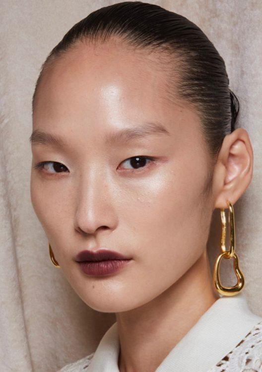 jonathan simkhai spring 2022 beauty glowing skin plum lip stain